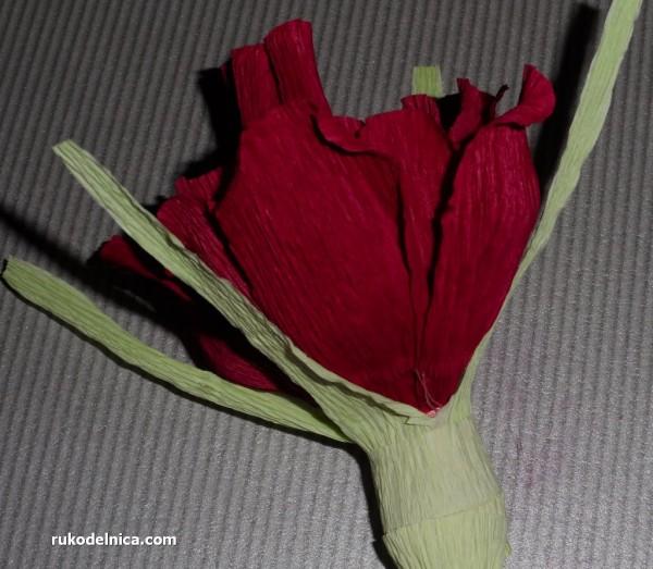 оборачиваем листиками вокруг конфетного цветка