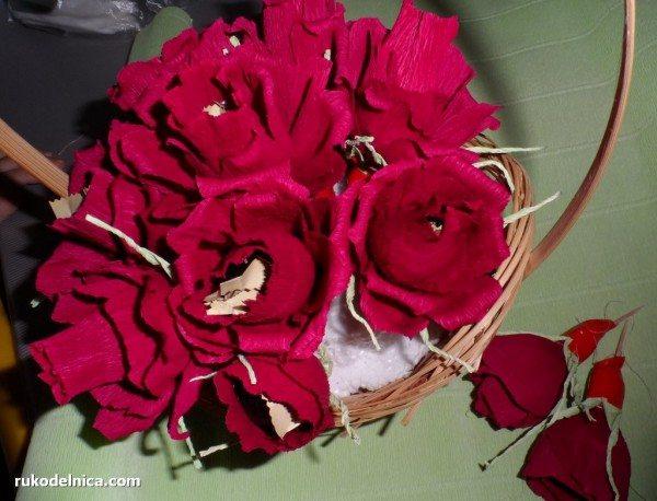 втыкаем конфетные цветы в пенопласт корзинки
