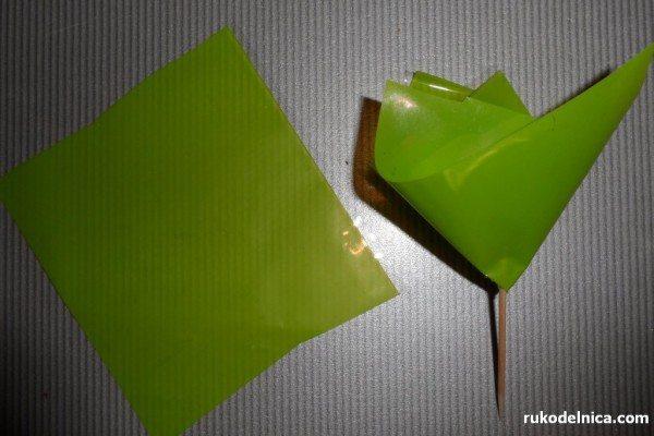 добавляем в корзину с конфетными цветами немного зелени
