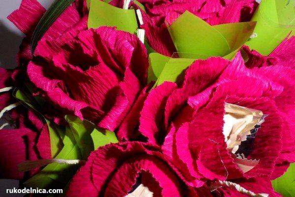 добавляем зелени в корзинку с конфетами-цветами