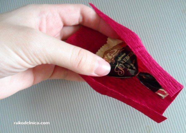 обертывание конфеты гофрированной бумагой