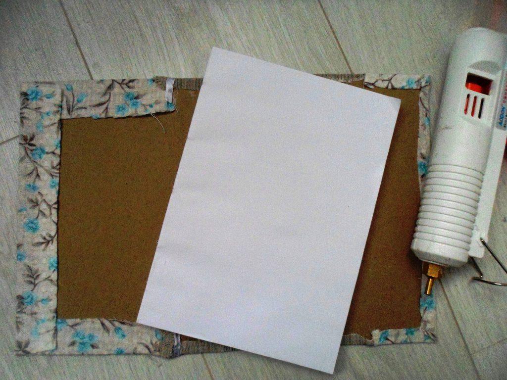 приклеиваем ткань к заготовке обложки